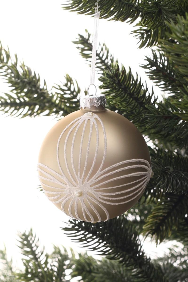 Bézs színű karácsonyfadísz fehér virágmintával