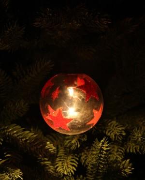 Karácsonyi világító üveggömb piros csilagokkal