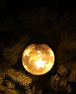 Karácsonyi világító üveggömb fehér csilagokkal